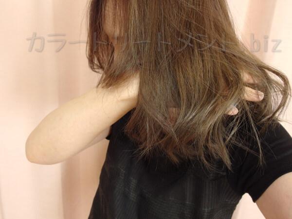 白髪目立たない髪型としてのカールを生かしてる